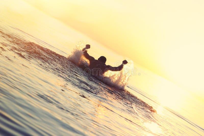 Atleet die in het water zwemmen stock foto