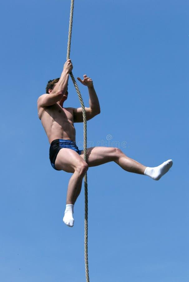 Atleet die op de Kabel beklimt royalty-vrije stock afbeelding