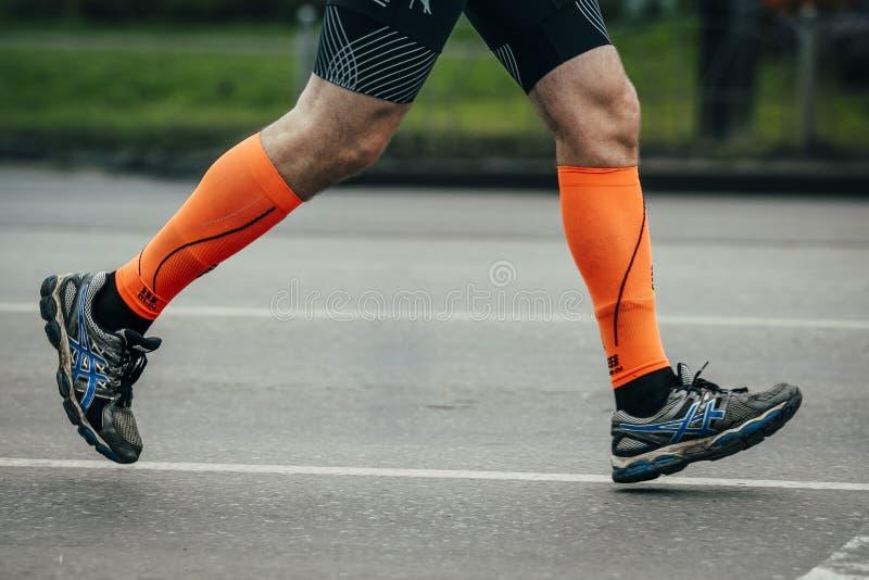 Atleet die op de straat lopen stock afbeeldingen