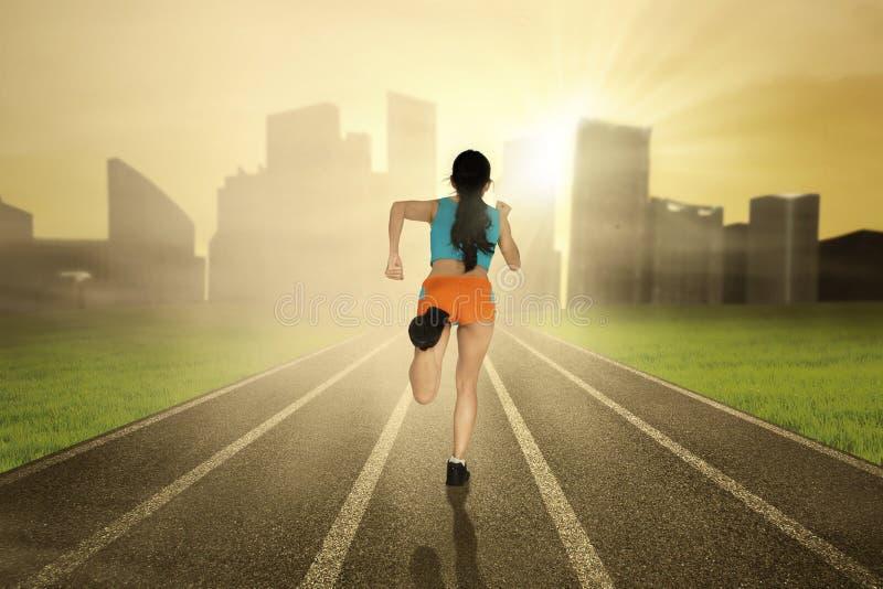 Atleet die op het spoor lopen stock afbeelding