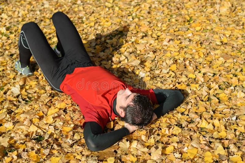 Atleet die in openlucht in de herfst rust stock afbeeldingen