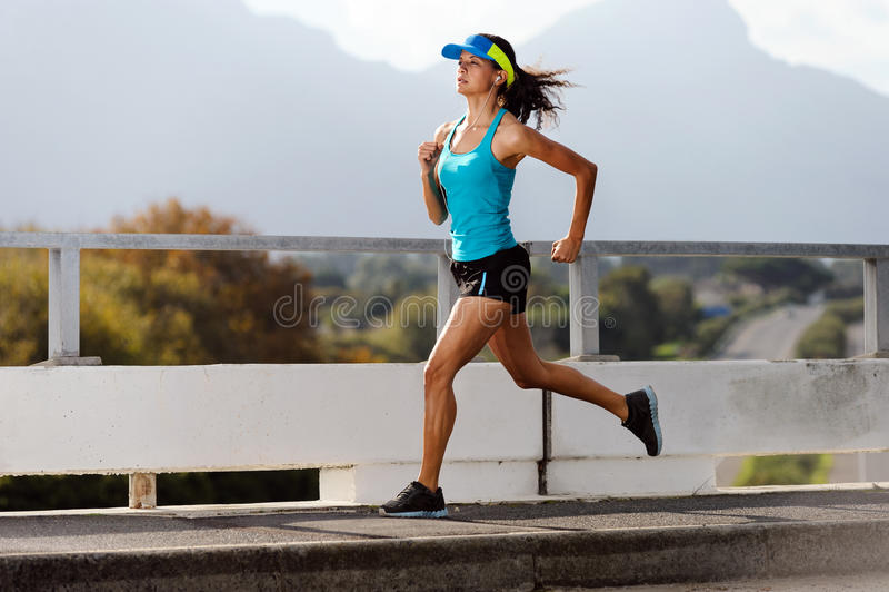 Atleet die in openlucht loopt stock afbeelding
