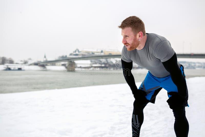 Atleet die wat lucht na het maken van een looppas vangen royalty-vrije stock foto