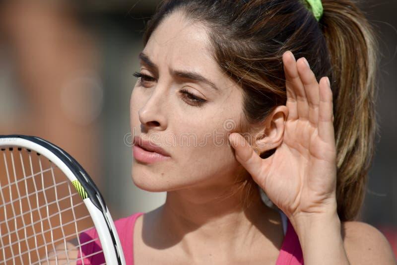 Atleet Female Tennis Player die met Tennisracket luisteren royalty-vrije stock foto's