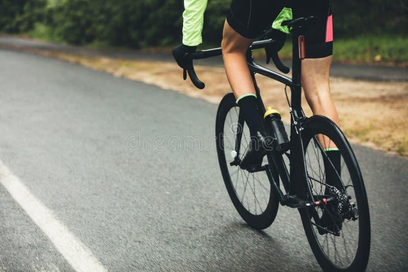 Atleet het cirkelen bij de landweg stock afbeelding