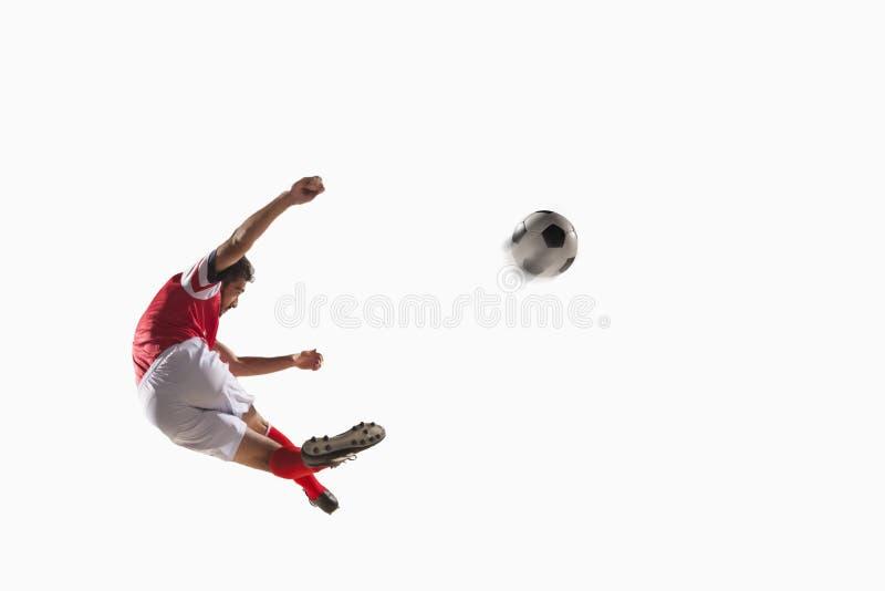 Atleet het schoppen voetbalbal royalty-vrije stock fotografie