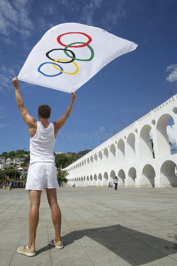 Atleet Holding Olympic Flag Rio de Janeiro royalty-vrije stock foto's