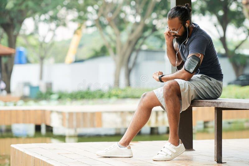 Atleet Measuring Heart Rate stock afbeeldingen