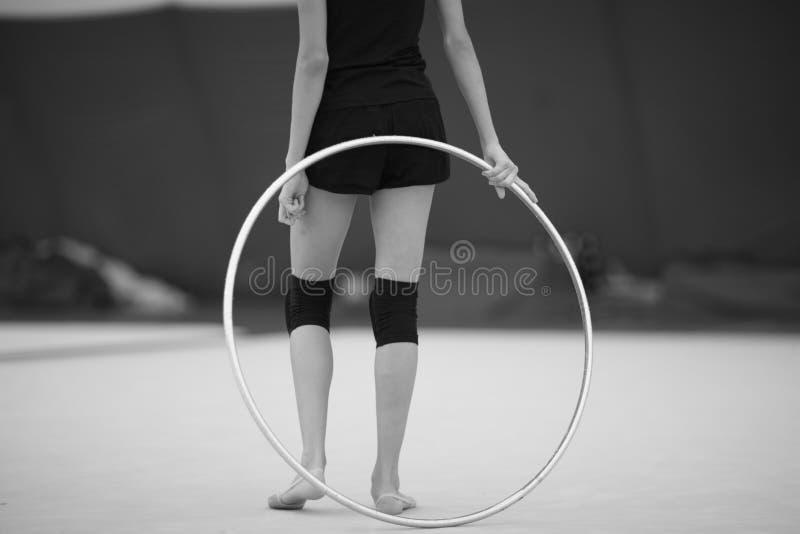 Atleet met een hoepel voor een oefening in ritmische gymnastiek stock afbeeldingen
