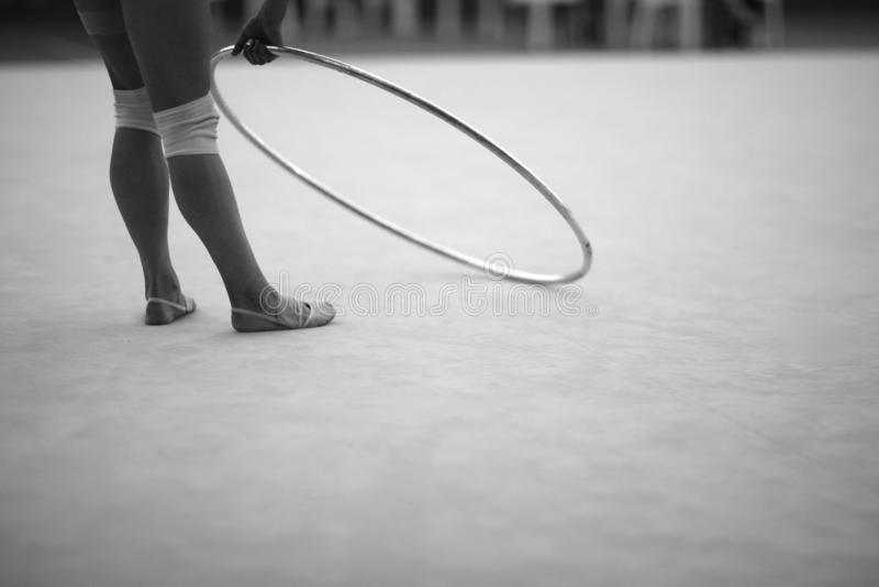 Atleet met een hoepel voor een oefening in ritmische gymnastiek royalty-vrije stock afbeelding