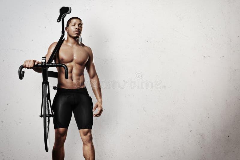 Atleet met fiets royalty-vrije stock foto