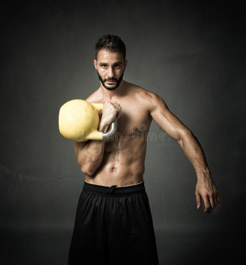 Atleet met kettleball stock afbeelding
