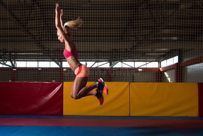 Atleet Performing Vérspringen in Gymnastiek royalty-vrije stock afbeeldingen