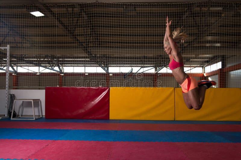 Atleet Performing Vérspringen in Gymnastiek royalty-vrije stock foto