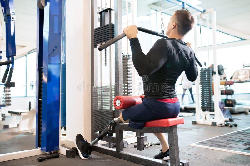 Atleta adaptável Using Exercise Machines fotos de stock royalty free
