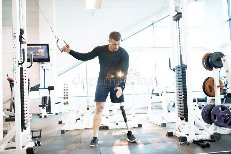 Atleta adaptável Using Exercise Machines no Gym foto de stock