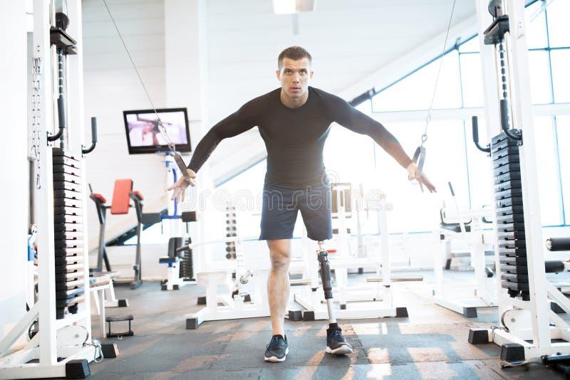 Atleta adaptável Using Machines no Gym fotografia de stock royalty free
