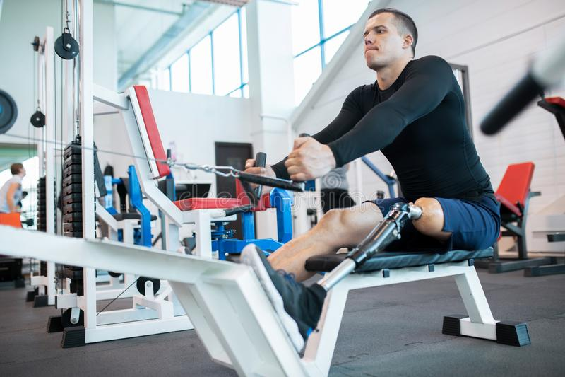 Atleta adaptável Using Rowing Machine fotos de stock royalty free