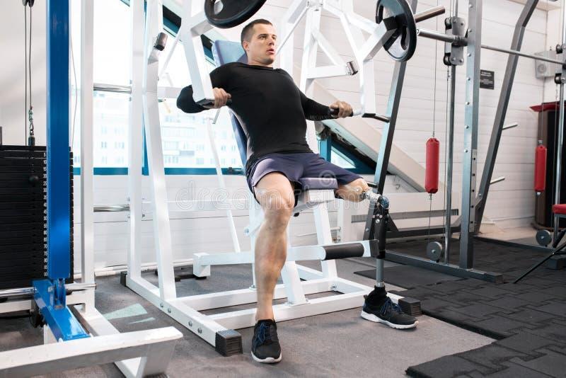 Atleta adaptável Working Out no Gym foto de stock royalty free