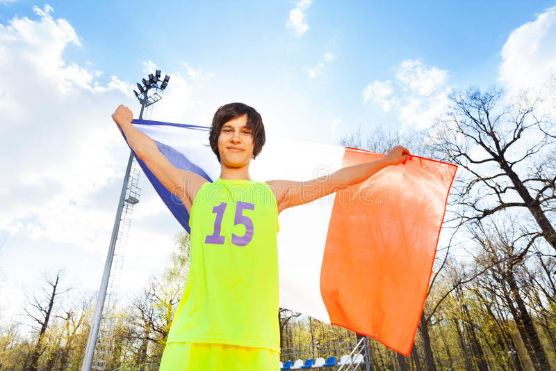 Atleta adolescente feliz con la bandera de Francia fotos de archivo