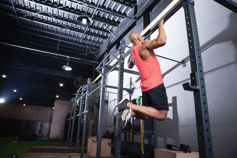 Atleta africano de sexo masculino hermoso que se resuelve en el gimnasio fotos de archivo libres de regalías