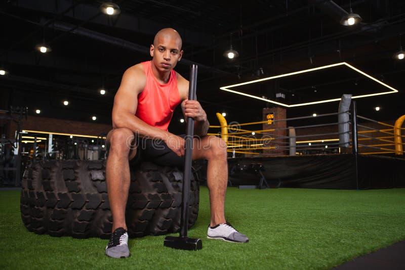 Atleta africano de sexo masculino hermoso que se resuelve en el gimnasio imagenes de archivo