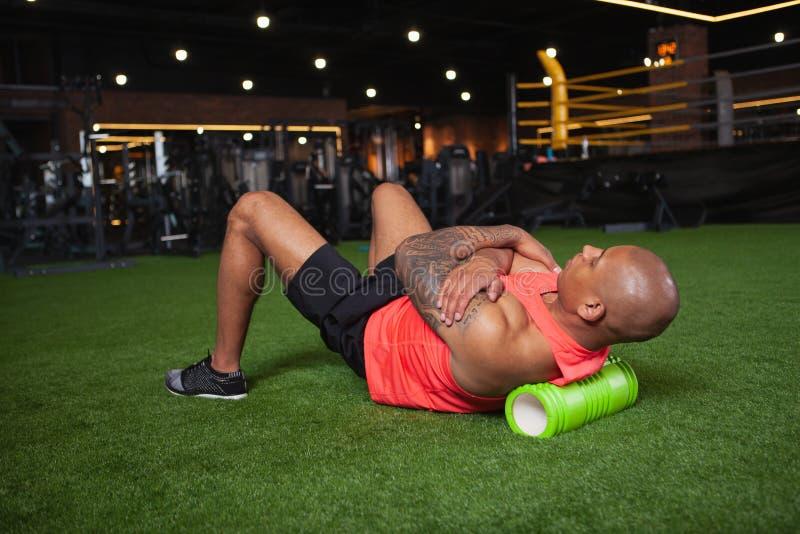 Atleta africano de sexo masculino hermoso que se resuelve en el gimnasio imagen de archivo libre de regalías