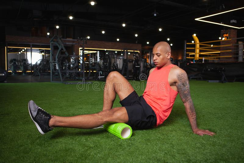 Atleta africano masculino consider?vel que d? certo no gym fotos de stock