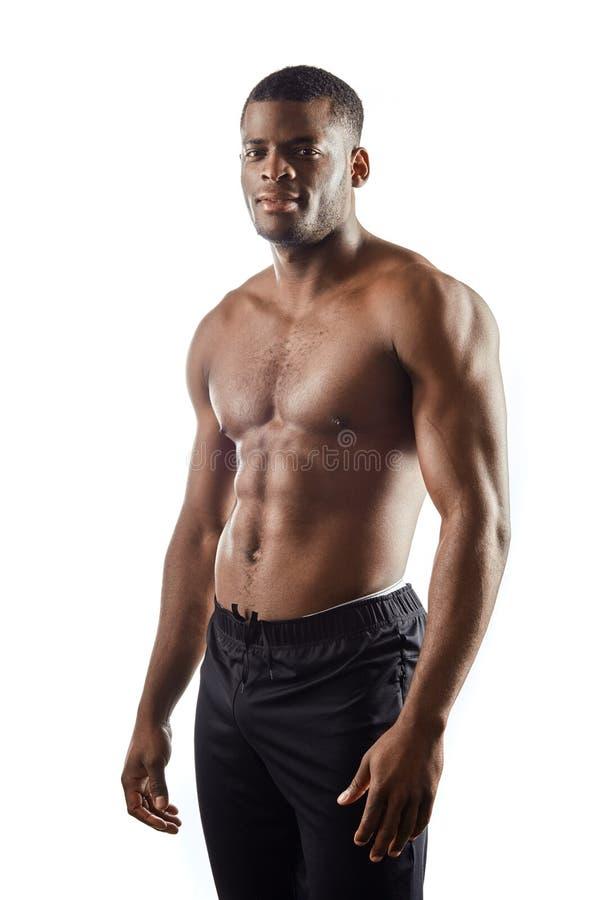 Atleta agradável apto com o corpo perfeito que levanta à câmera foto de stock royalty free