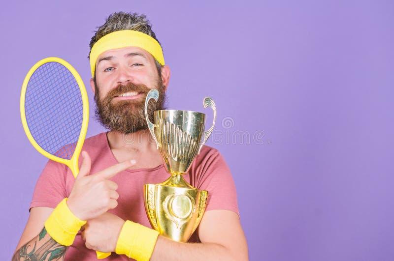 Atleta barbuto dell'uomo riuscito Primo posto Risultato di sport Campione di tennis Gioco di tennis di vittoria Celebri la vittor fotografie stock