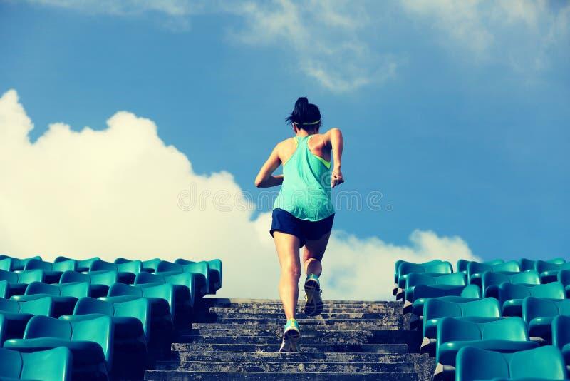 Atleta bieg na schodkach fotografia stock