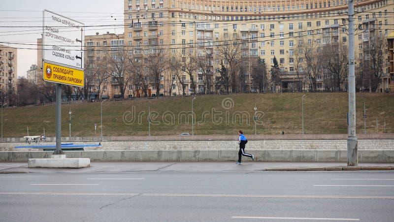 Atleta bieg w ranku wzdłuż bulwaru Moskwa rzeka obrazy royalty free