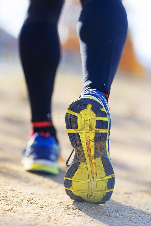 Atleta biegacza cieki biega w naturze, zbliżenie na bucie fotografia stock