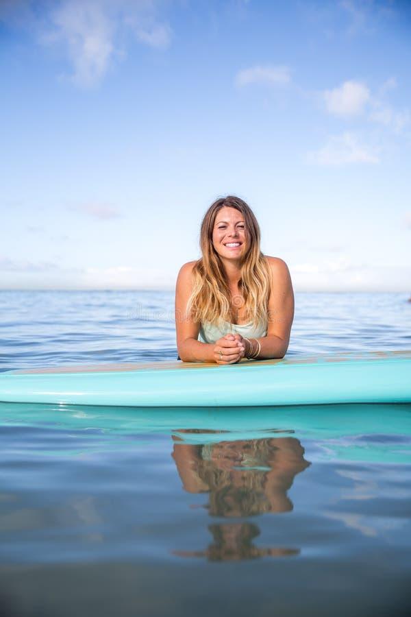 Atleta chłodzi na jej paddle desce w Hawaje obraz stock