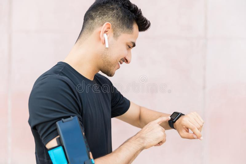 Atleta Checking Smart Watch após movimentar-se fotografia de stock royalty free