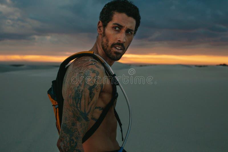 Atleta com bloco da hidratação fora no por do sol imagens de stock royalty free