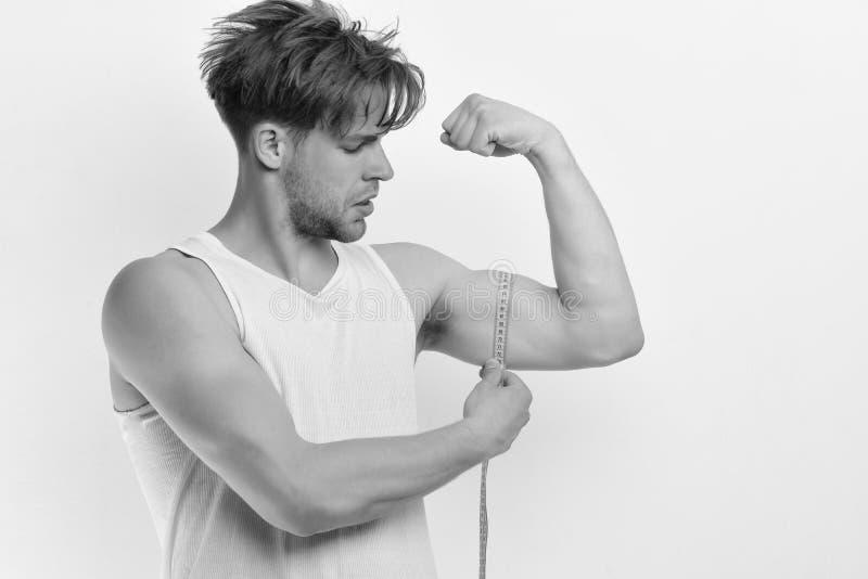 Atleta com o cabelo desarrumado que mostra o bíceps e o tríceps fotos de stock