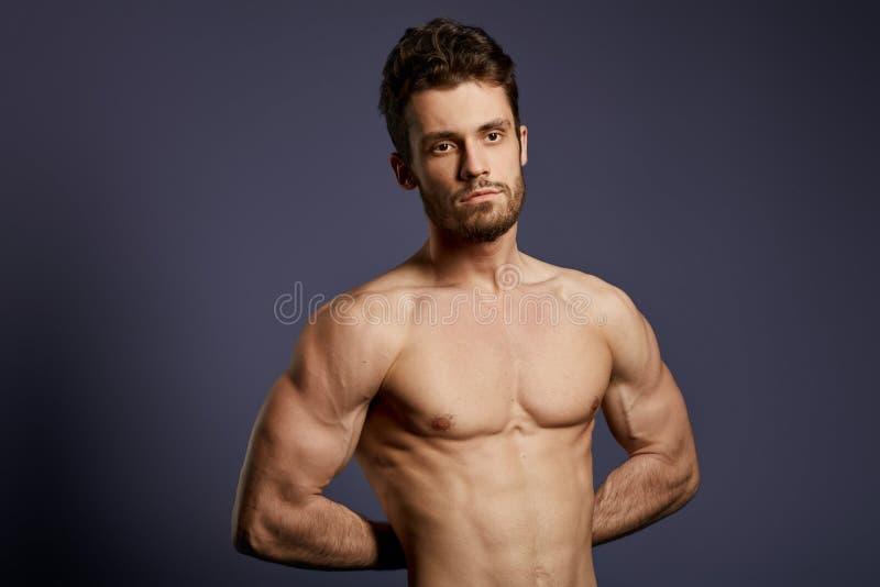 Atleta com pele helathy e corpo bem-constru?do que levanta ? c?mera fotografia de stock