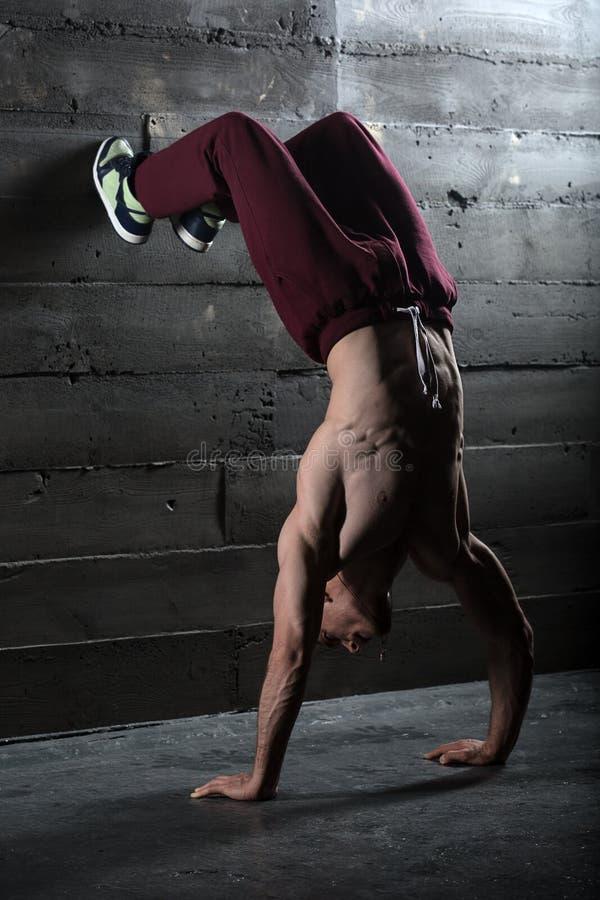 Atleta con il torso nudo che fa spinta-UPS sul suo immagine stock libera da diritti