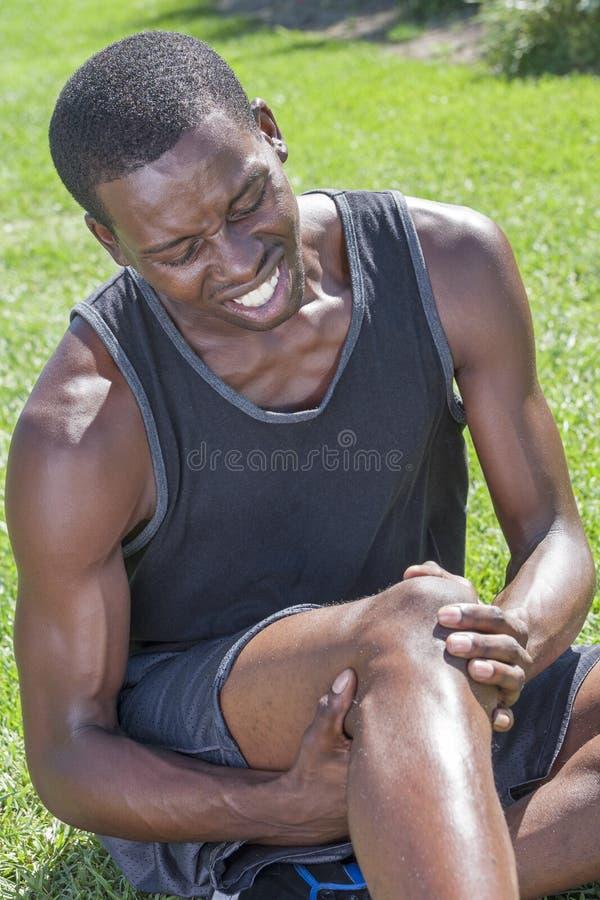 Atleta con la lesión de rodilla fotografía de archivo libre de regalías