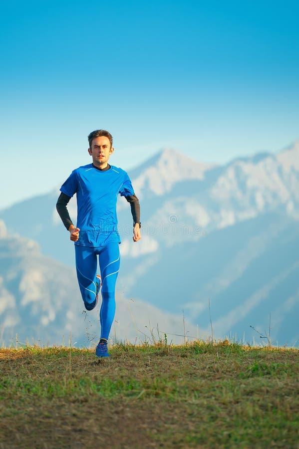 Atleta corrente della montagna professionale nell'addestramento immagini stock libere da diritti