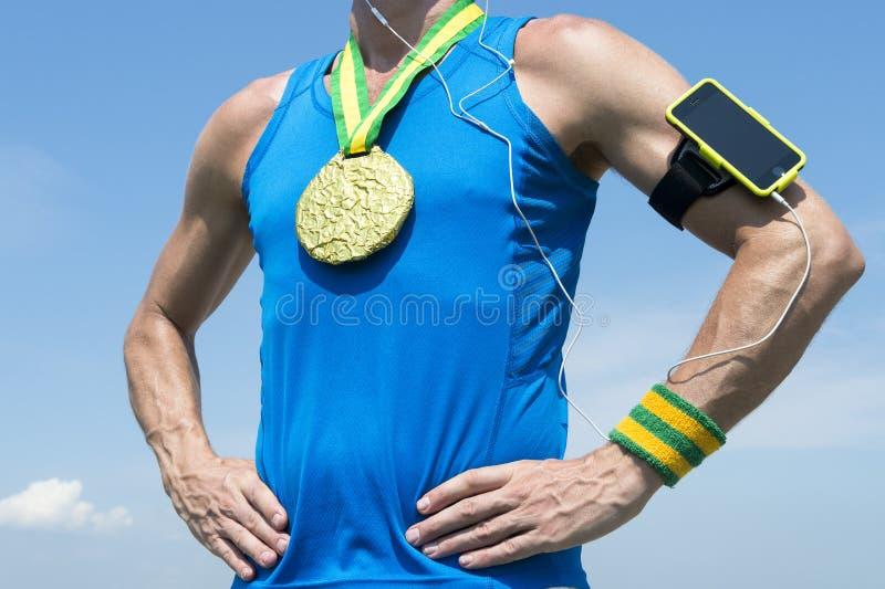 Atleta da medalha de ouro com fita do telefone celular fotografia de stock