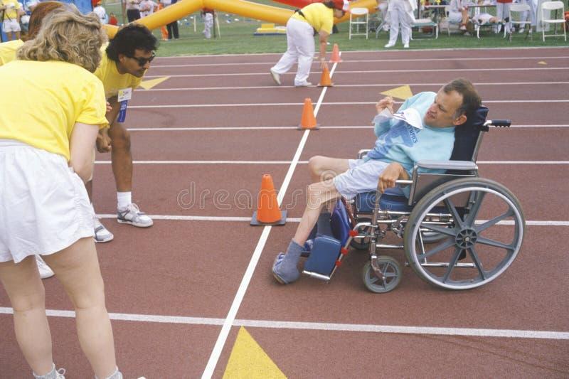 Atleta de las Olimpiadas especiales en la silla de ruedas, meta inminente, UCLA, CA fotos de archivo