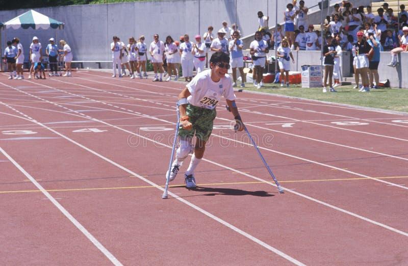 Atleta de los Juegos Paralímpicos en las muletas fotos de archivo