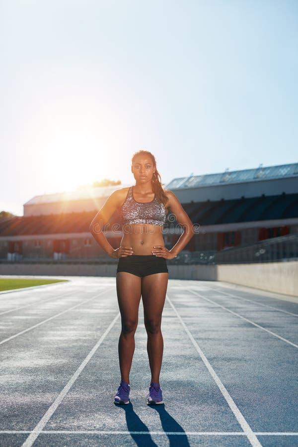 Atleta de sexo femenino profesional en circuito de carreras fotografía de archivo libre de regalías