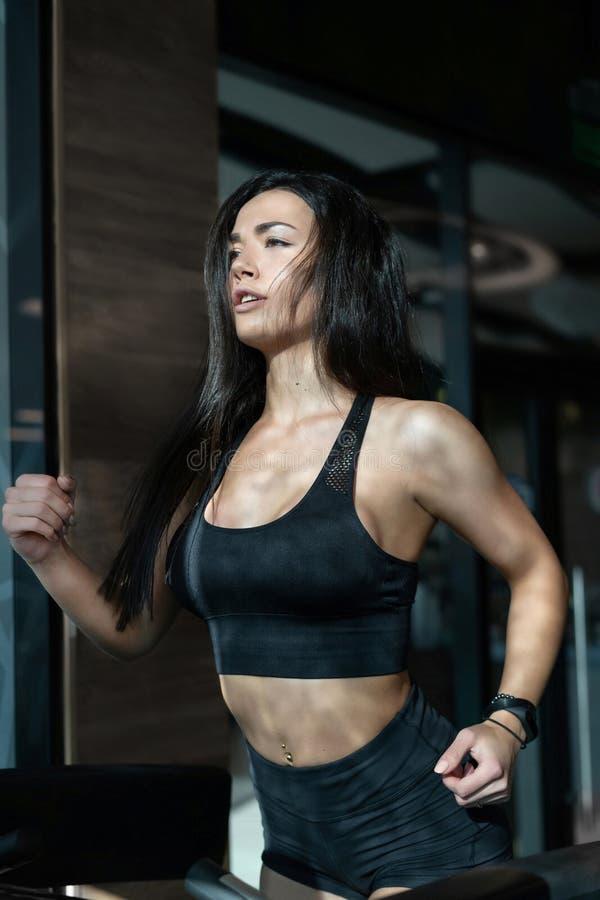 Atleta de sexo femenino Running en la rueda de ardilla fotografía de archivo libre de regalías