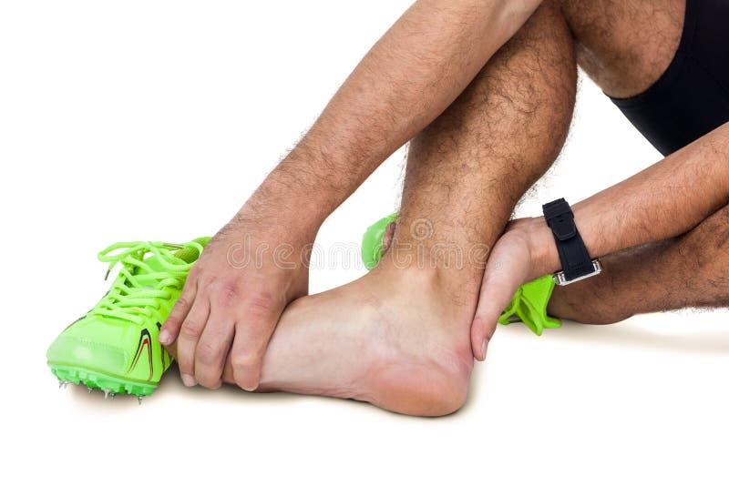 Atleta de sexo masculino con dolor del pie en el fondo blanco fotos de archivo libres de regalías