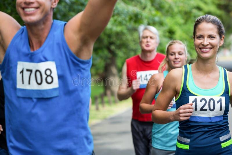 Atleta de sexo masculino del maratón que cruza la meta fotografía de archivo libre de regalías