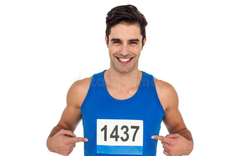Atleta de sexo masculino que presenta en el fondo blanco fotos de archivo