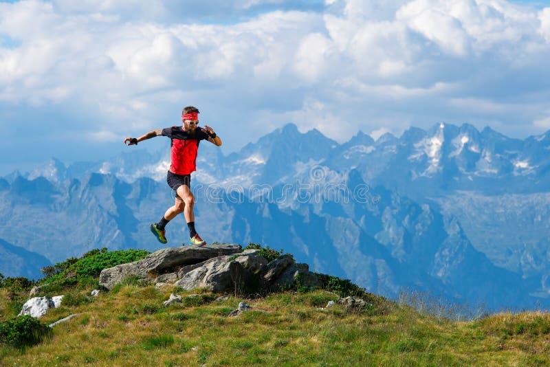 Atleta de Skyrunning no treinamento em cumes da montanha foto de stock royalty free
